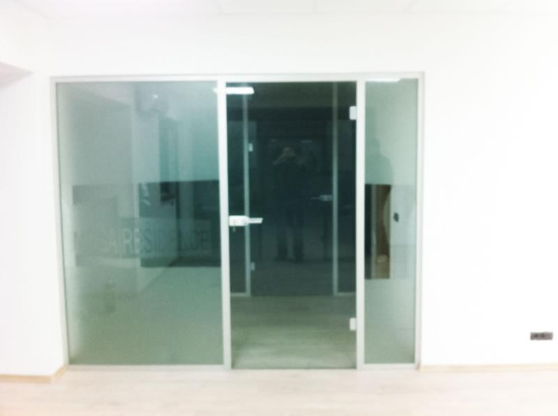 logo sablat pe usa de sticla