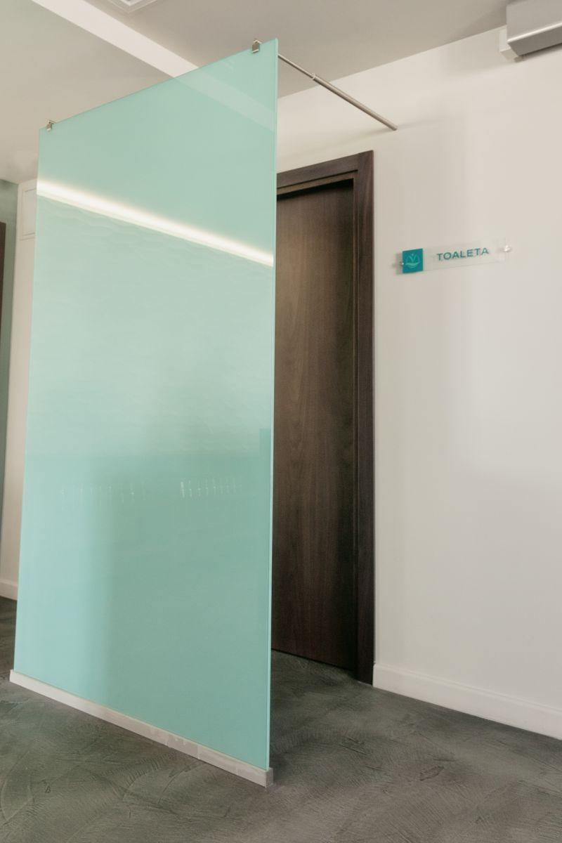 Placare cu sticla pentru a delimita o usa